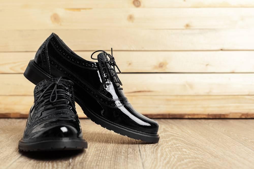 Avec quoi porter des derbies ? Photo de chaussures derbies sur fond en bois