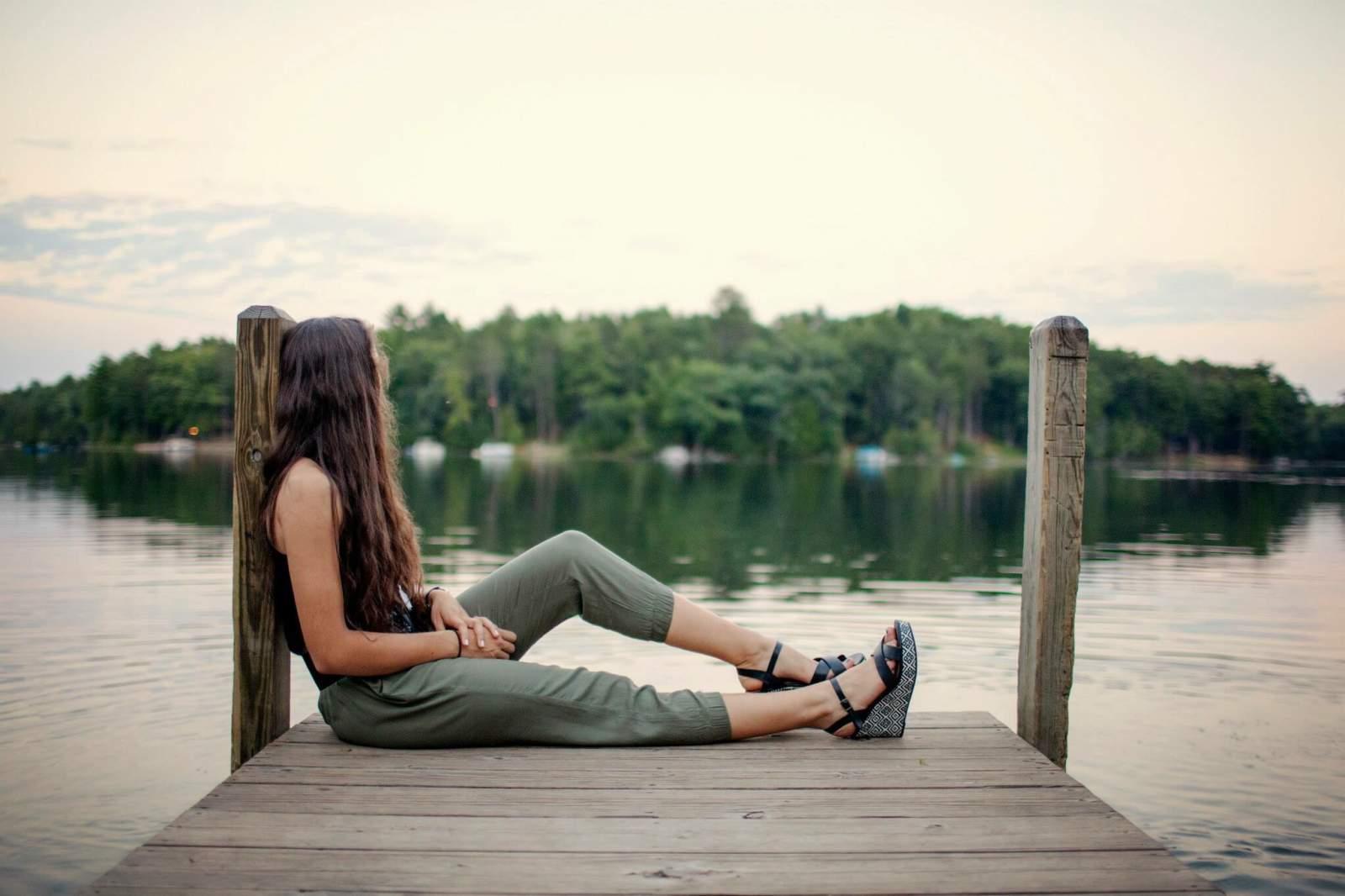 femme portant une tenue pantalon bohème regardant le paysage