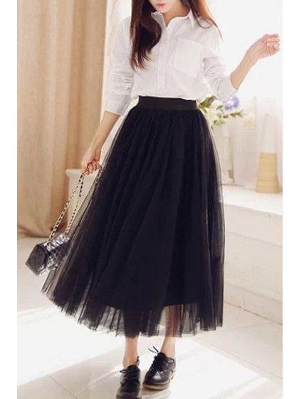 Photo d'une jupe tulle associée à un chemisier blanc et à des derbies pour un look imbattable.