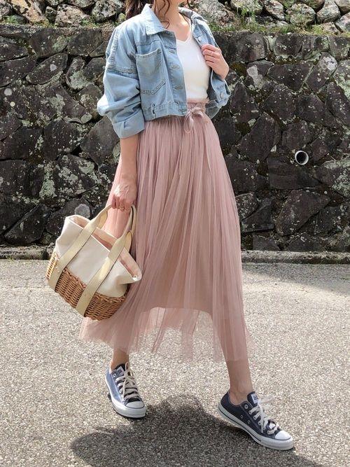 Photo d'une femme portant une jupe longue en tulle avec un top en jean. Un combo explosif !